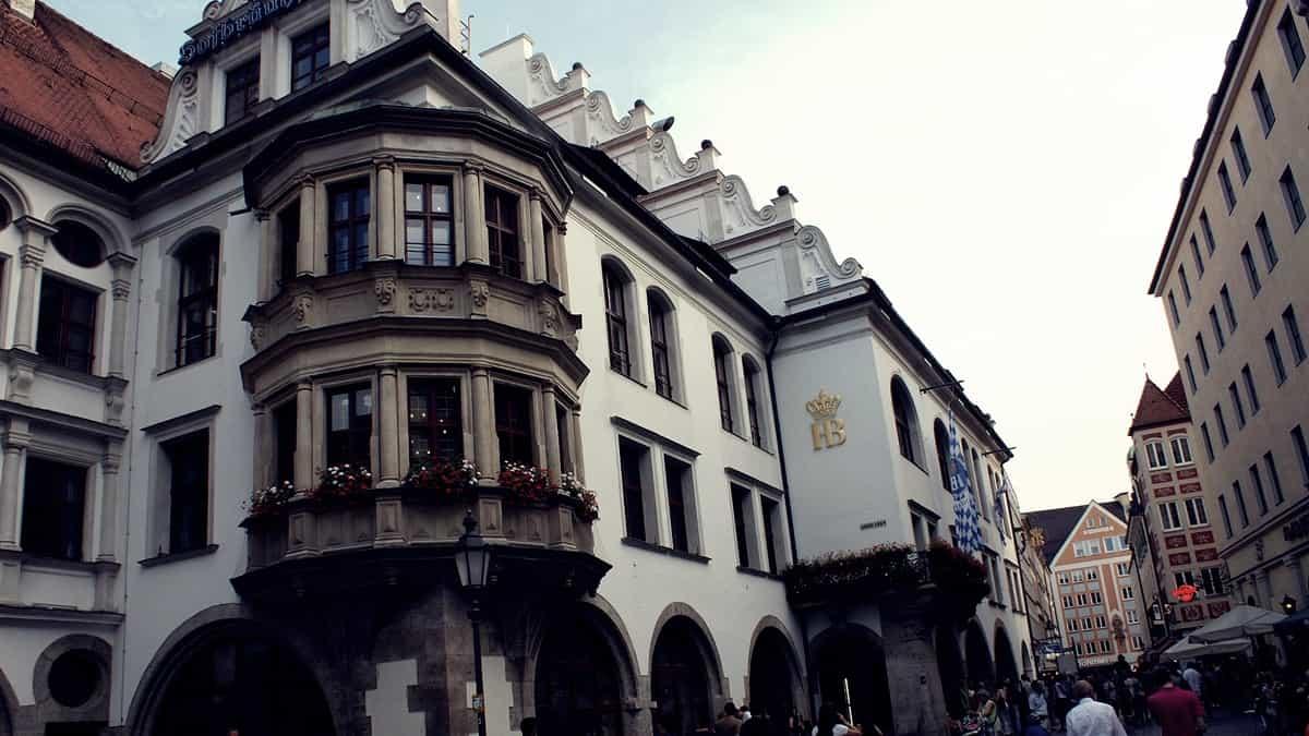 La cervecería Hofbräuhaus. Posiblemente la cervecería más famosa del mundo.