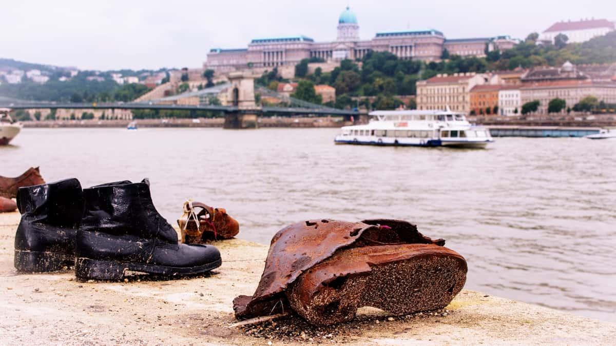 El monumento de los zapatos. Punto turístico de referencia en Budapest.