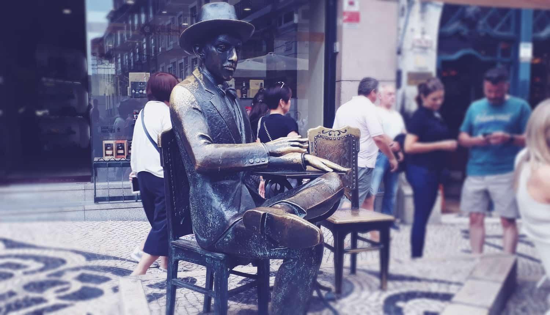 ¿Cuál es la historia detrás de la estatua de Fernando Pessoa?