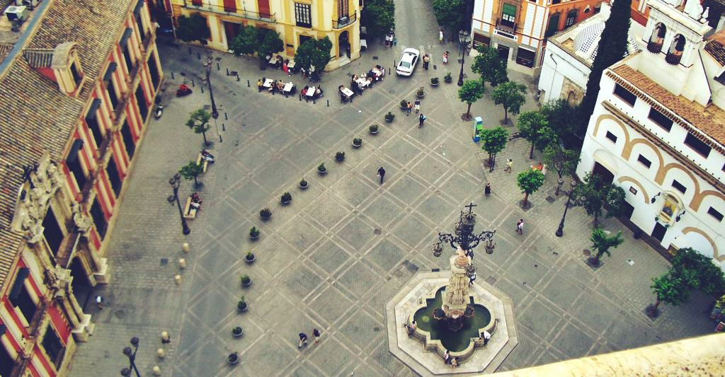 ¿Qué necesitas saber sobre la plaza Virgen de los Reyes?
